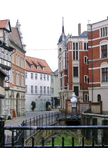 Zeigt Fachwerk in der Innenstadt von Quedlinburg