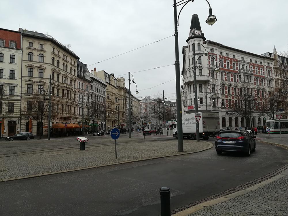 Zeigt Magdeburger Hasselbachplatz am Tag