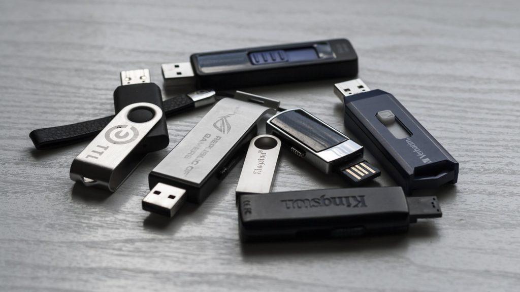 Zeigt mehrere USB-Sticks