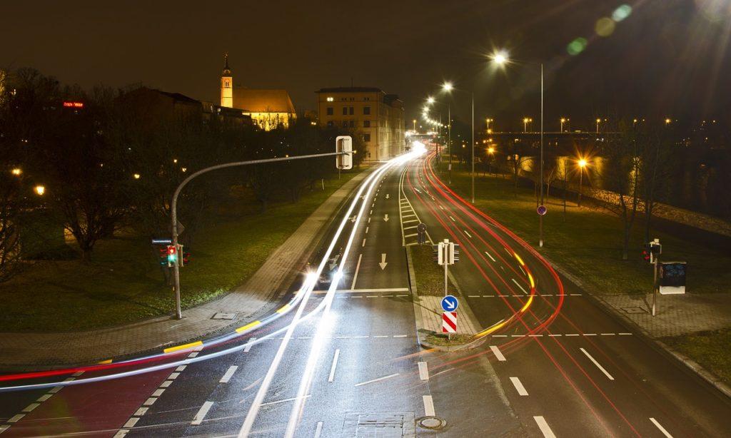 Zeigt Magdeburger Schleinufer bei Nacht