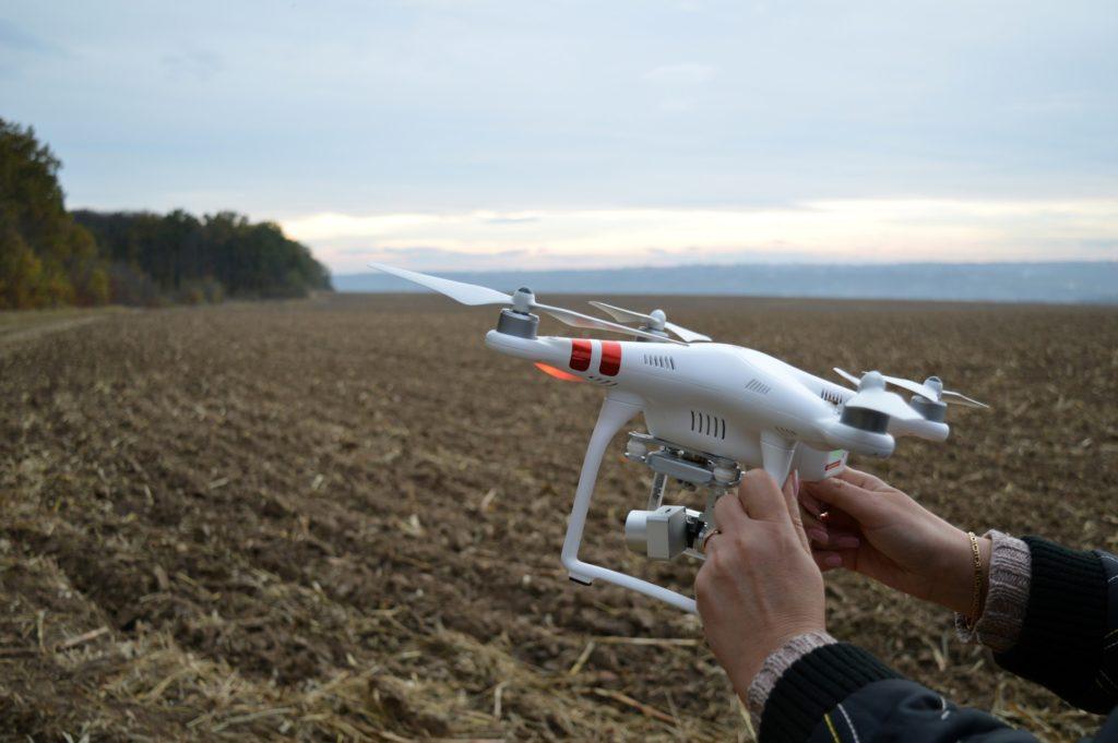 Zeigt eine Drohne vor einem Feld
