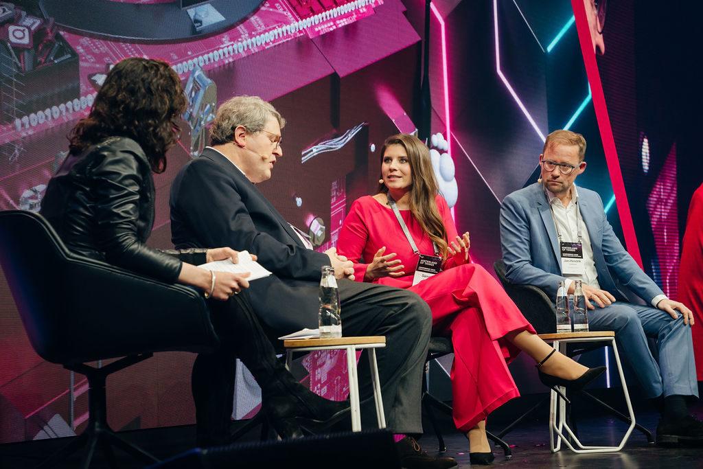 Moderatorin Astrid Maier, Dr. Reinhard Zinkann, Sarna Röser und Jan-Hendrik Goldbeck beim letzten Panel der Hinterland of Things 2020.