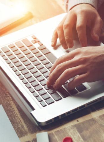 Ein Mensch sitzt in der Digitalen Provinz am Laptop.